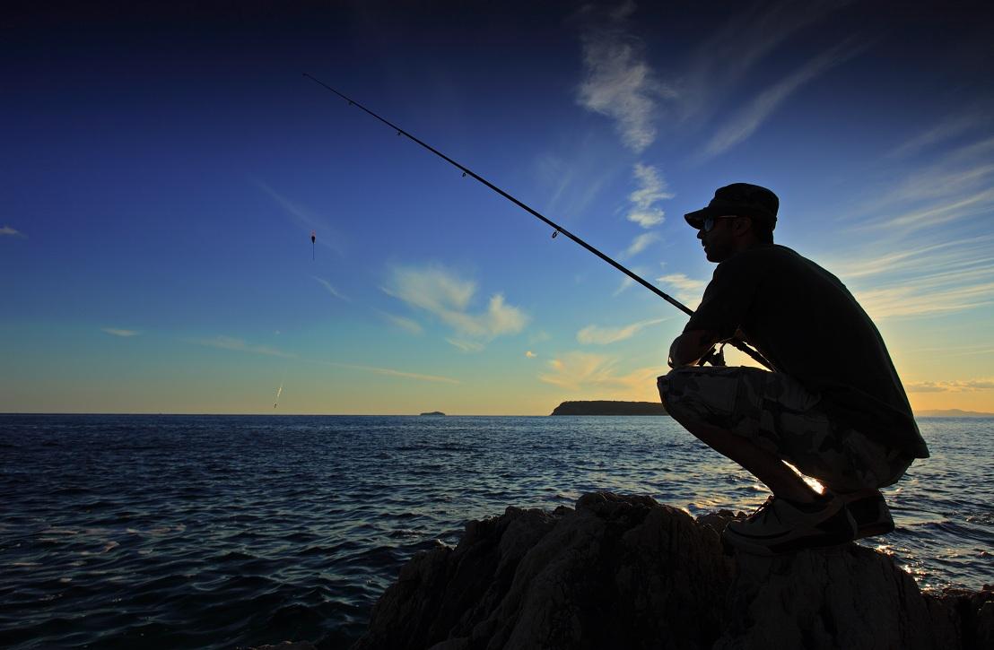 Les lignes pour la pêche sur le lancement lointain