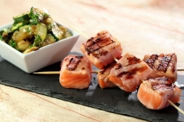 recette-e12018-brochettes-de-saumon-et-lard-fume-au-barbecue-courgettes-croquantes