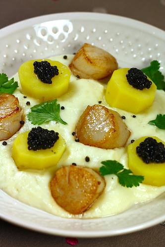 Duo de St jacques et caviar sur crème de chou fleur
